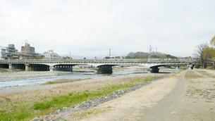 京都鴨川 賀茂大橋の写真素材 [FYI00619334]