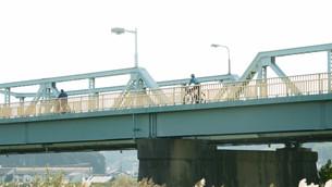 鉄橋と自転車の写真素材 [FYI00619343]