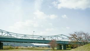 青空と鉄橋の写真素材 [FYI00619344]