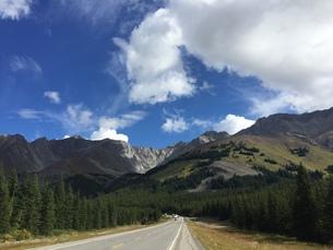 カナダの大自然、バンフへの道の写真素材 [FYI00619383]