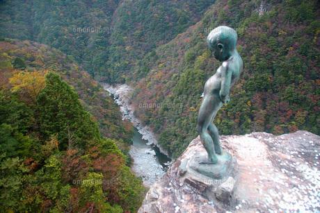 紅葉の祖谷渓と小便小僧の写真素材 [FYI00619435]