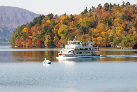 紅葉の十和田湖と船の写真素材 [FYI00619497]