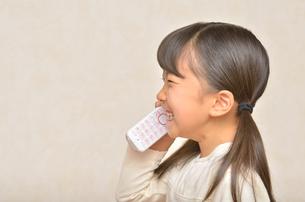 電話でお話しする女の子の写真素材 [FYI00619563]