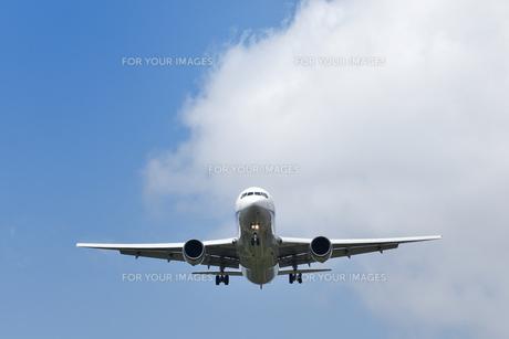 着陸する旅客機の写真素材 [FYI00619777]