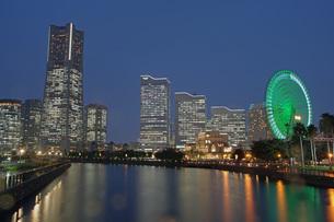 万国橋から  みなとみらいの夜景の写真素材 [FYI00619784]