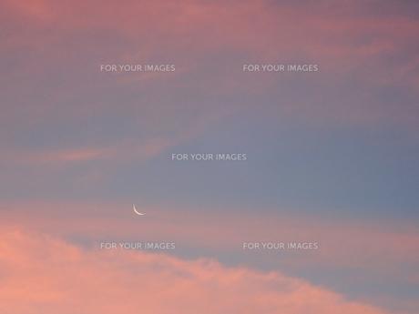夕焼け空と三日月の写真素材 [FYI00619820]