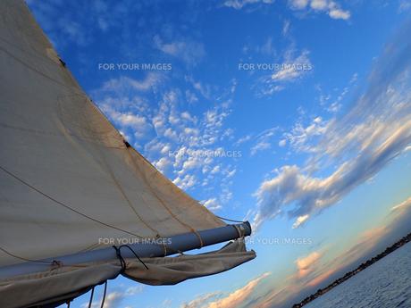 夕暮れ空と帆と水辺の写真素材 [FYI00619821]