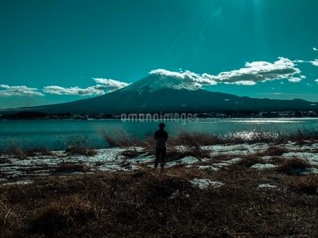 富士山と山中湖の写真素材 [FYI00619825]