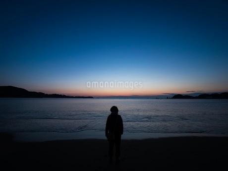 夜明け前の海辺の写真素材 [FYI00619827]