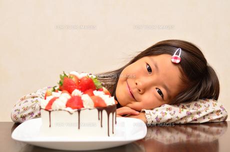 バースデーケーキを食べる女の子の写真素材 [FYI00619916]