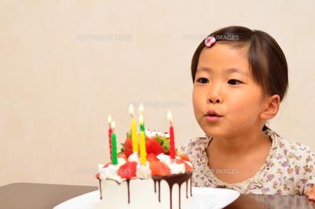 バースデーケーキと女の子の写真素材 [FYI00619918]