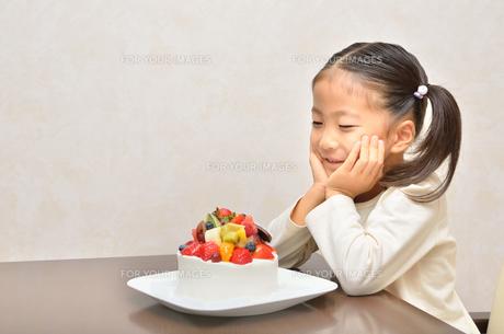 バースデーケーキを食べる女の子の写真素材 [FYI00619921]
