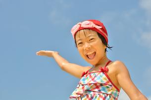 青空で笑う水着の女の子の写真素材 [FYI00619949]