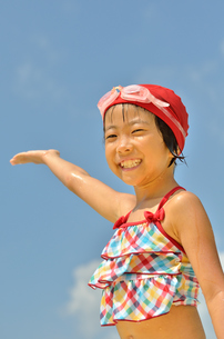 青空で笑う水着の女の子の写真素材 [FYI00619950]