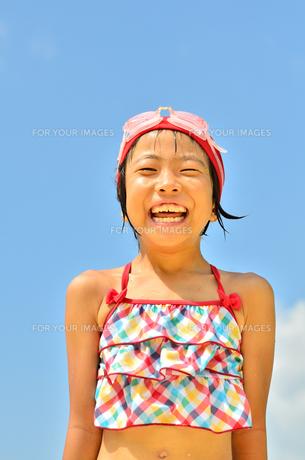 青空で笑う水着の女の子の写真素材 [FYI00619951]
