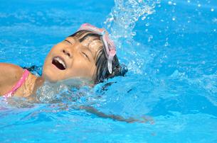 プールで泳ぐ女の子の写真素材 [FYI00620153]