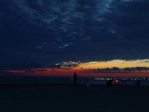 夕焼とカメラマンの写真素材 [FYI00620250]
