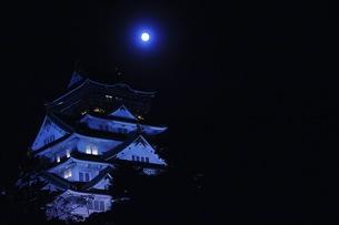 大阪城と怪しい月の写真素材 [FYI00620259]