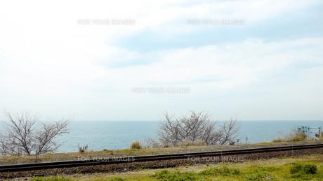 青空と海と線路の写真素材 [FYI00620421]