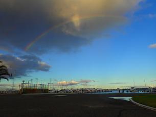 夕暮れのヨットクラブに架かった虹の写真素材 [FYI00620500]