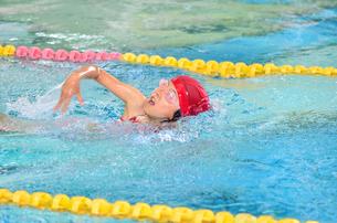 プールで泳ぐ女の子の写真素材 [FYI00620563]