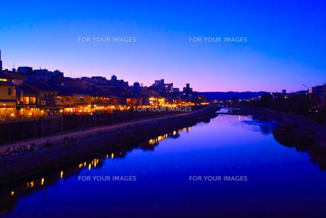 鴨川と納涼床の夜景の写真素材 [FYI00620641]