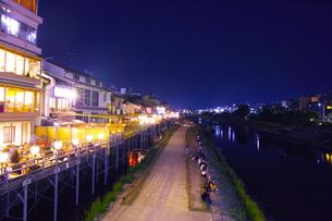 鴨川と納涼床の夜景の写真素材 [FYI00620642]