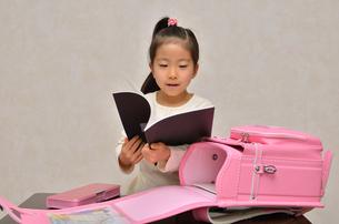 登校準備をする小学生の女の子の写真素材 [FYI00620712]