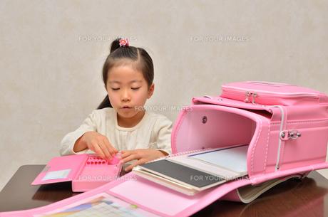 登校準備をする小学生の女の子の写真素材 [FYI00620717]