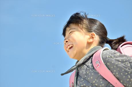 青空で走る小学生の女の子(ランドセル)の写真素材 [FYI00620725]