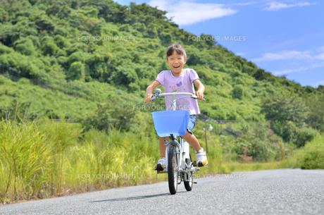 自転車に乗る女の子の写真素材 [FYI00620750]