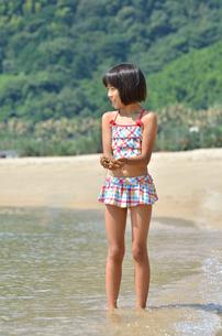海水浴を楽しむ女の子の写真素材 [FYI00620793]