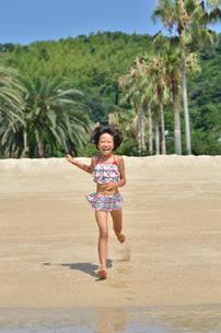 海水浴を楽しむ女の子の写真素材 [FYI00620795]