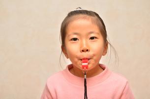 笛を吹く女の子の写真素材 [FYI00620875]
