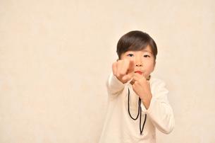笛を吹く女の子の写真素材 [FYI00620880]