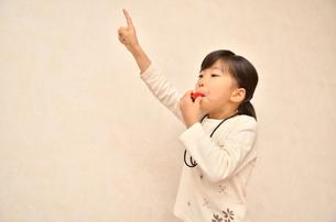 笛を吹く女の子の写真素材 [FYI00620882]