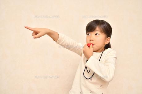 笛を吹く女の子の写真素材 [FYI00620883]