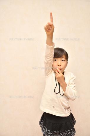 笛を吹く女の子の写真素材 [FYI00620885]