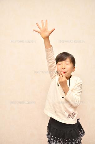 笛を吹く女の子の写真素材 [FYI00620889]