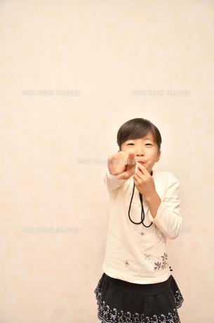 笛を吹く女の子の写真素材 [FYI00620890]
