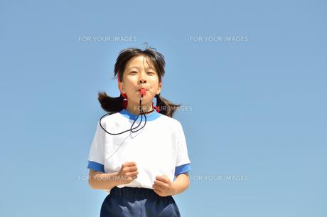 笛を吹く小学生の女の子(体操服、運動会)の写真素材 [FYI00620891]