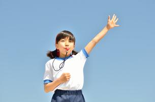 笛を吹く小学生の女の子(体操服、運動会)の写真素材 [FYI00620892]