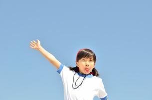 笛を吹く小学生の女の子(体操服、運動会)の写真素材 [FYI00620900]