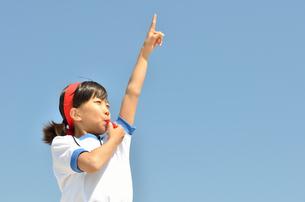 笛を吹く小学生の女の子(体操服、運動会)の写真素材 [FYI00620901]