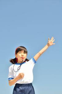 笛を吹く小学生の女の子(体操服、運動会)の写真素材 [FYI00620902]