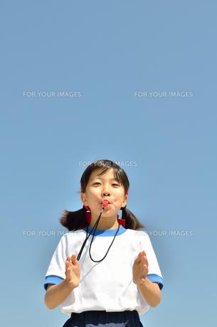 笛を吹く小学生の女の子(体操服、運動会)の写真素材 [FYI00620903]
