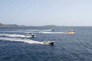 世界遺産小笠原の海と船団の風景の写真素材 [FYI00620932]