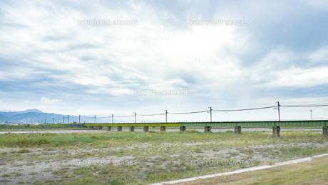 空と河川敷と鉄橋の写真素材 [FYI00621045]