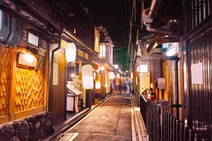 京都 夜の先斗町の写真素材 [FYI00621331]