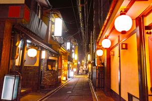 京都 夜の先斗町の写真素材 [FYI00621332]
